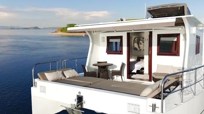 nyaman-catamaran-deck-dining-area