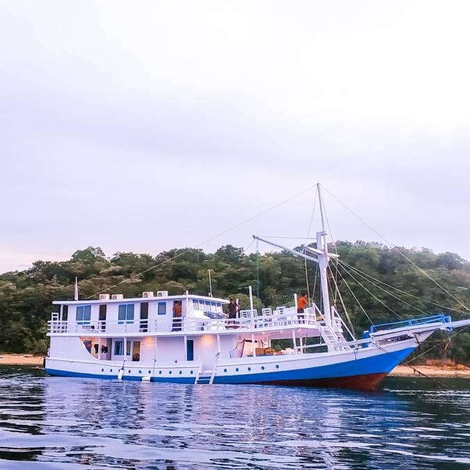 santorini charter boat